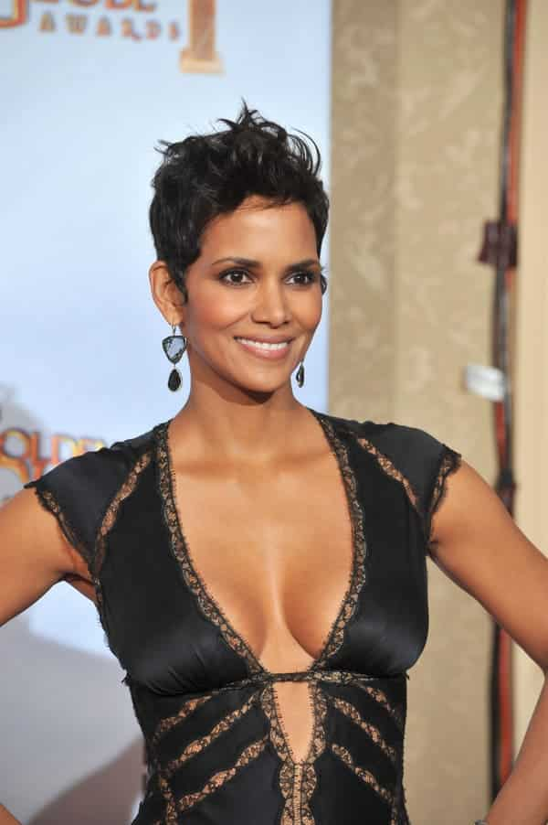 halle berry oscars low cut dress cleavage