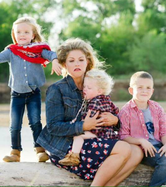Kids Ruining Family Photos In Hilarious Ways (GALLERY)